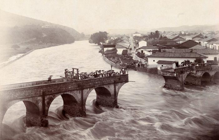 Порыв воды в паводковый сезон разрушает арочный мост. Тегусигальпа, август 1916 год.jpg